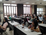 Participantes del taller durante exposición del facilitador